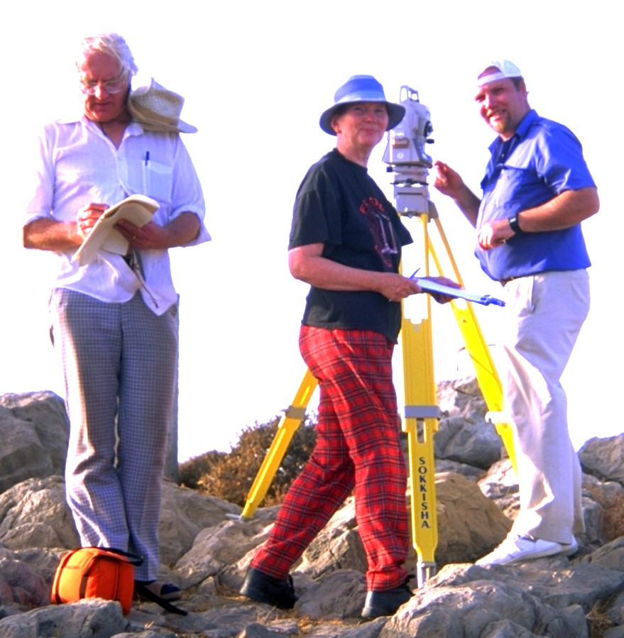 photo of Göran Henrikson, Mary and Peter Blomberg around the theodolite on Petsophas